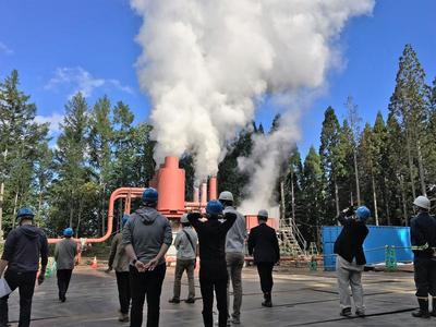 写真①試験生産井の噴気試験の様子.jpgのサムネイル画像